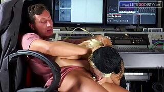 Mia Bitch spricht im Tonstudio ordentlich ins Mikro